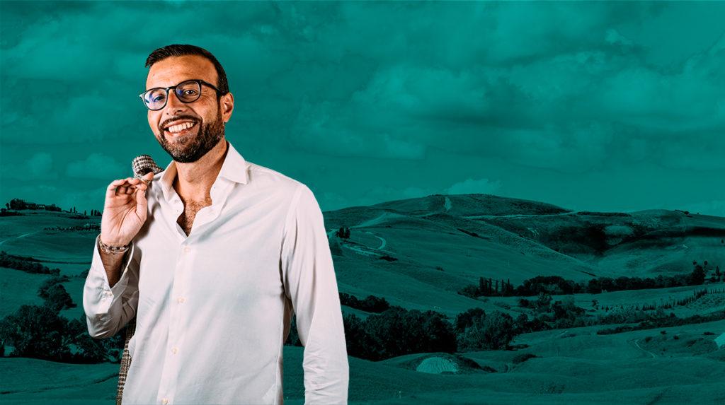 Antonio Mazzeo con colline pisane sullo sfondo